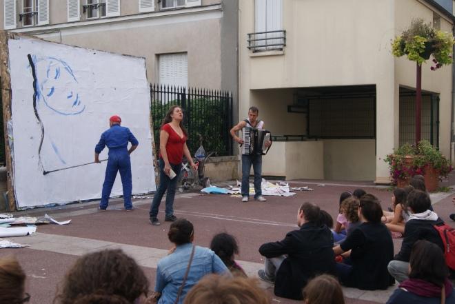 """Une comédienne, un peintre et un musicien, le trio de la compagnie """"Les arts oseurs"""" présentait """"Livret de famille"""". Crédits photo : Isabelle Artus"""