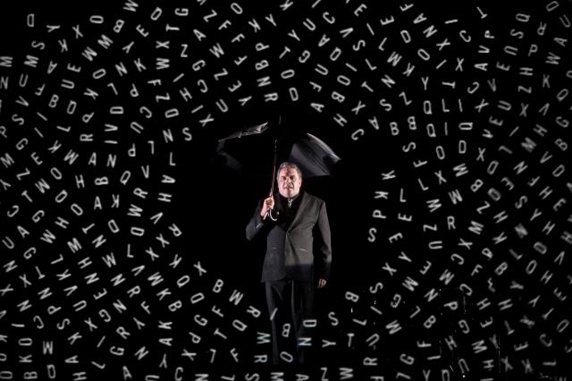 Le comédien Dominique Parent pris sous un tourbillon de lettres numérique. Crédits photo : David Siebert